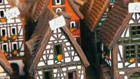 Красивые подсвечники в форме домов в стиле fachwerk Национальная немецкая и голландская белизна с черными лучами мини сток-видео