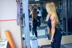 Красивые поезда руки женщины в спортзале стоковые изображения rf