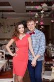 Красивые пожененные пары в ультрамодной одежде сидя в винтажном кафе Винтажный дизайн и аксессуары венчание сбора винограда дня п Стоковые Изображения
