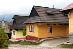 Красивые покрашенные дома в деревне vlkolinec Стоковые Фото