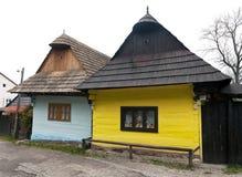 Красивые покрашенные дома в деревне vlkolinec Стоковая Фотография