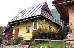 Красивые покрашенные дома в деревне vlkolinec Стоковые Фотографии RF
