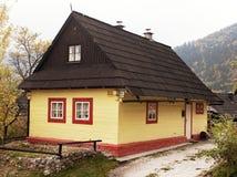 Красивые покрашенные дома в деревне vlkolinec Стоковое фото RF
