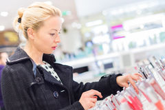 Красивые покупки женщины в магазине красоты Стоковое Изображение