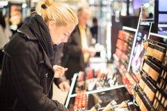 Красивые покупки женщины в магазине красоты Стоковые Фотографии RF