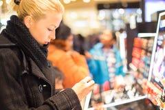 Красивые покупки женщины в магазине красоты Стоковые Изображения RF