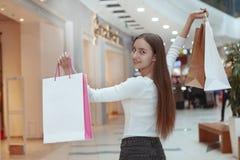 Красивые покупки молодой женщины на местном торговом центре стоковые изображения