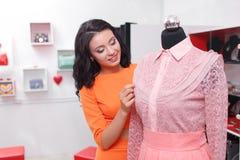 Красивые покупки молодой женщины в магазине одежды Стоковые Изображения