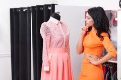 Красивые покупки молодой женщины в магазине одежды Стоковая Фотография