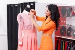 Красивые покупки молодой женщины в магазине одежды Стоковое Изображение