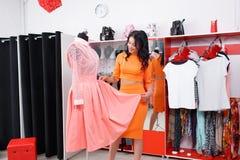 Красивые покупки молодой женщины в магазине одежды Стоковые Изображения RF