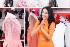 Красивые покупки молодой женщины в магазине одежды Стоковое Изображение RF