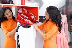 Красивые покупки молодой женщины в магазине одежды Стоковая Фотография RF