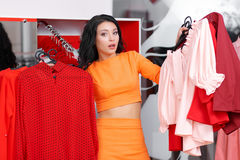 Красивые покупки молодой женщины в магазине одежды Стоковое фото RF