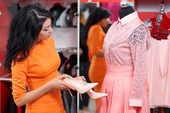 Красивые покупки молодой женщины в магазине одежды Стоковые Фото