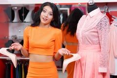 Красивые покупки молодой женщины в магазине одежды Стоковое Фото