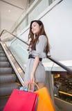 Красивые покупки молодой женщины в моле Стоковые Фото