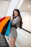 Красивые покупки молодой женщины в моле Стоковое Изображение RF