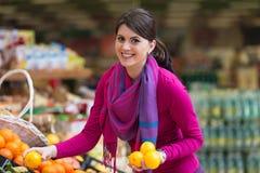 Красивые покупки молодой женщины в супермаркете бакалеи стоковое фото rf