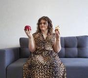 Красивые полные яблоко вьющиеся волосы девушки и торт, отборная софа эмоции Стоковые Фотографии RF