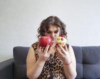 Красивые полные яблоко вьющиеся волосы девушки и торт, софа Стоковое Изображение RF