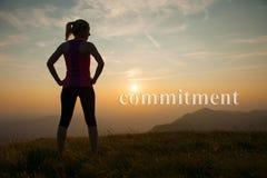Красивые по пересеченной местности runns молодой женщины на mountian пути на Стоковые Изображения RF
