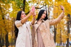 Красивые подруги фотографируют на телефоне Стоковое Изображение RF