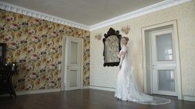 Красивые представления и улыбки невесты на камере в роскошных квартирах видеоматериал