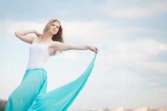 Красивые представления танцора на пляж Стоковое Фото