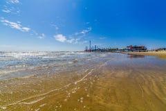 Красивые прибой и песок на пляже океана временени. Стоковое Изображение RF
