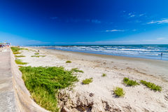 Красивые прибой и песок на пляже океана летнего времени. Стоковая Фотография RF
