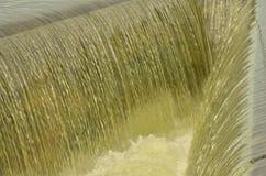 Красивые приливы над бортовым водосбросом канала резервуара Стоковое Фото