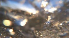 Красивые пузыри под водой в результате волн, замедленным движением сток-видео