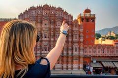 Красивые пункты девушки к Hawa Mahal wanderlust стоковое фото rf