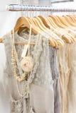 Красивые платья шнурка в магазине. Стоковое Изображение RF