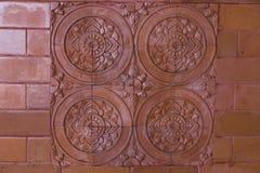 Красивые плитки на стене глины стоковое фото