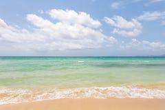 Красивые пляж и облачное небо моря Стоковое Фото