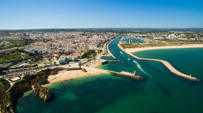 Красивые пляж и скалы океана на юге  Португалии Стоковая Фотография RF