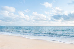 Красивые пляж с белым песком и океанские волны с ясным голубым небом Стоковые Изображения RF