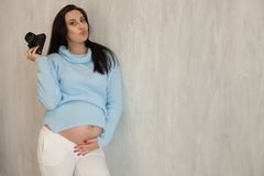 Красивые роды портрета брюнета фотографа беременной женщины стоковые изображения