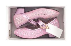Красивые розовые ботинки ребенк в коробке Стоковые Изображения
