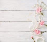 Красивые розовые розы на белой деревянной предпосылке Взгляд сверху скопируйте космос Стоковые Фото