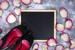 Красивые розовые цветки и ботинки женщины на серой каменной таблице граница флористическая Стоковое Изображение RF