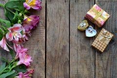 Красивые розовые цветки, кольцо и подарки лилии Праздничная предпосылка для дня рождения, дня ` s матери, дня ` s валентинки, 8-о Стоковое Изображение RF