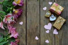 Красивые розовые цветки, кольцо и подарки лилии Праздничная предпосылка для дня рождения, дня ` s матери, дня ` s валентинки, 8-о Стоковые Фото