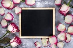 Красивые розовые цветки на серой каменной таблице граница флористическая Стоковые Фото