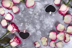 Красивые розовые цветки на серой каменной таблице граница флористическая Стоковое Фото