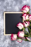 Красивые розовые цветки на серой каменной таблице граница флористическая Стоковое Изображение RF