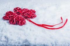 Красивые романтичные винтажные красные сердца совместно на белой предпосылке снега Влюбленность и концепция дня валентинок St Стоковые Изображения