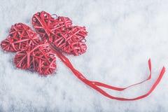 Красивые романтичные винтажные красные сердца совместно на белой предпосылке снега Влюбленность и концепция дня валентинок St Стоковая Фотография